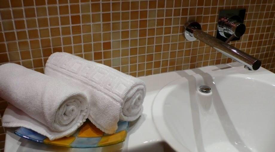 detalle baño habitación doble hotel Madrid